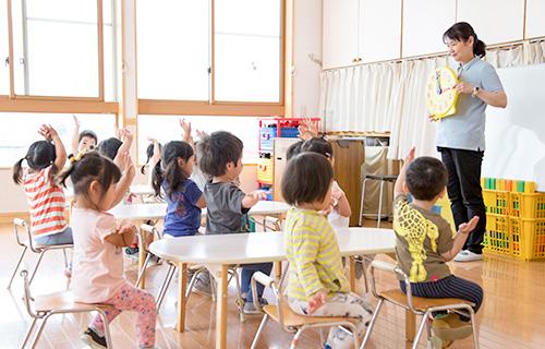 ことば豊かな子どもをめざし、石井方式にもとづいて漢字、ことわざ、算数などを毎日楽しく学び、集中力と思考力を身につけます。